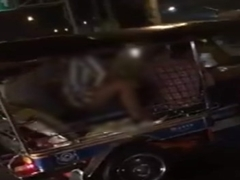 หลุดxxx มาแรง คลิปมีเซ็กส์บนตุ๊ก ๆ นักท่องเที่ยว หนุ่มสาว ขย่มควยกันบนรถ แบบไม่สนโลก กันเลยที่เดียว